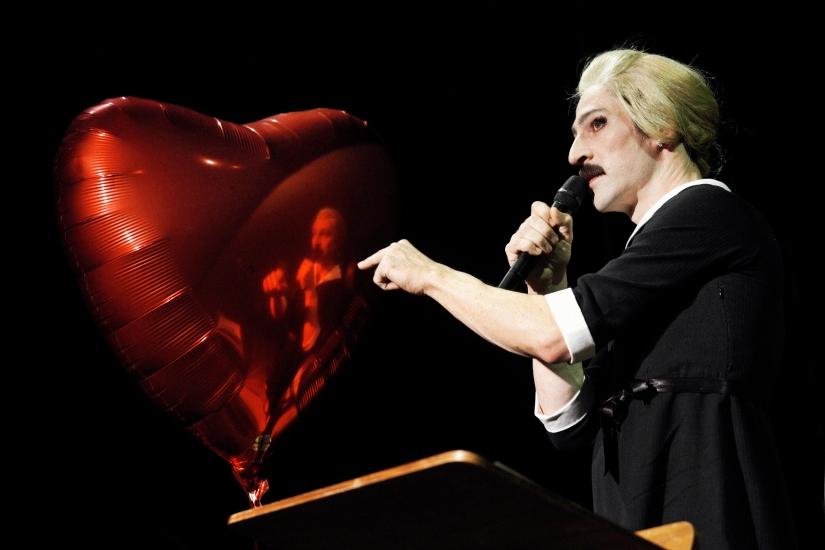 Patrick Wengenroth in »Wengenroths Autorenklub, Ausgabe 3: Roberto Bolaño«. Foto: Gianmarco Bresadola.