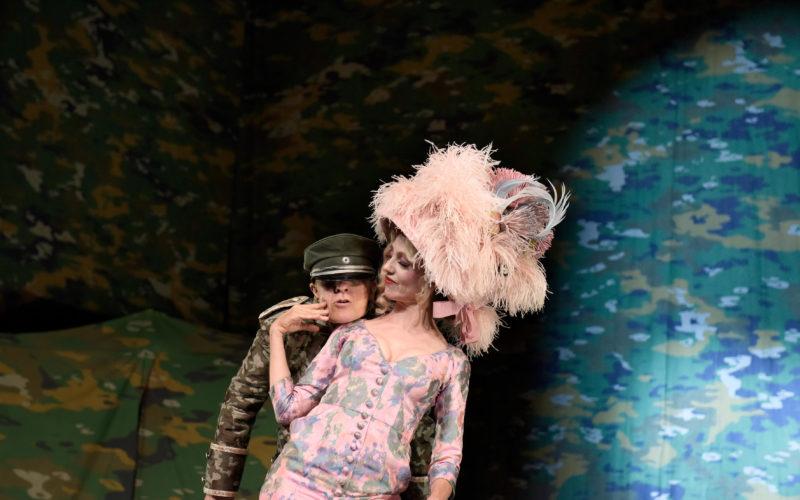 Florian Anderer und Ursina Lardi in »Champignol wider Willen«. Foto: Thomas Aurin.