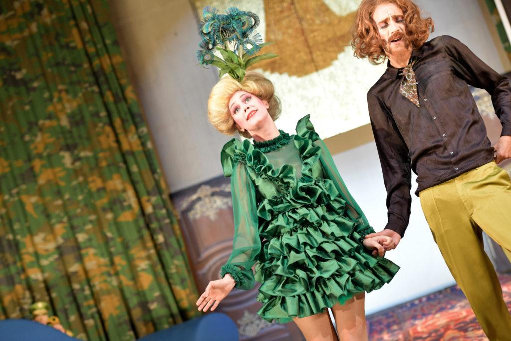 Iris Becher und Bernardo Arias Porras in »Champignol wider Willen«. Foto: Thomas Aurin.