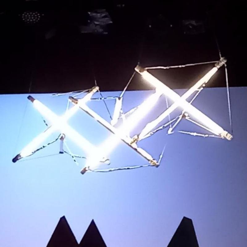 »Utopia, meinetwegen«: Tensegrity-Leuchte während der technischen Einrichtung.